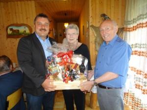 Hans Holler und Christa Meier gratulieren Hans Wolf