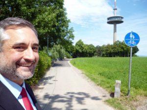 """Stadtrat Dr. Thomas Burger freut sich, dass """"diese wichtige Wegebeziehung im Stadtsüden"""" endlich beleuchtet und durchgehend asphaltiert ist"""