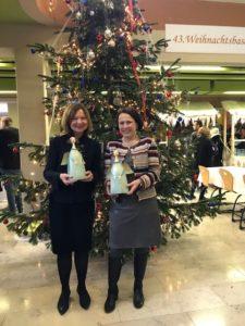 Bürgermeisterin Gertrud Maltz-Schwarzfischer und Stadträtin Margit Wild beim Weihnachtsbasar